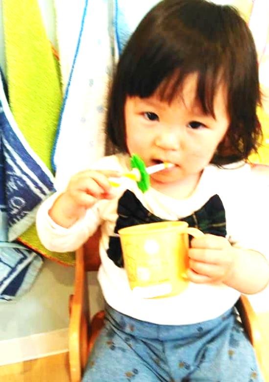 歯磨きしている幼児の女の子