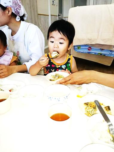 幼児が魚のご飯を食べている