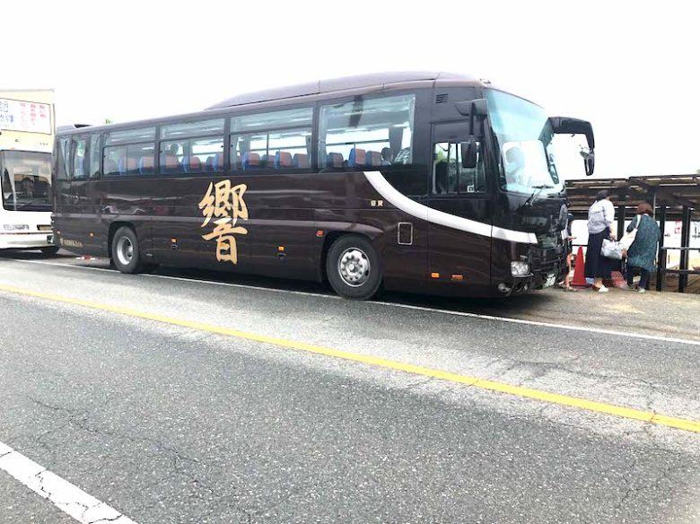 送迎バスがバーベキュー小屋に横付けしている