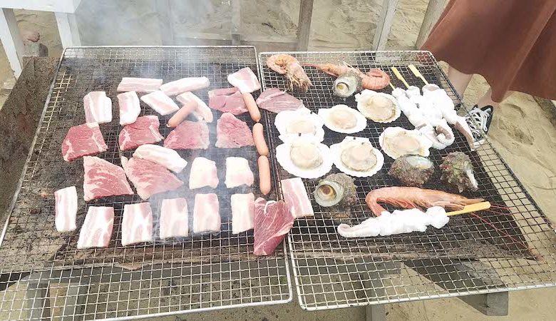 ざうお ハーバーハウス バーベキューガーデンにてお肉や魚介類を焼いている