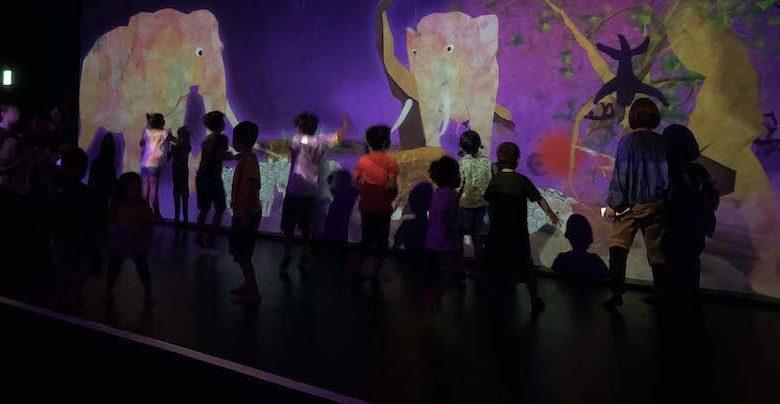 キャナルシティ博多「未来遊園地」まだ かみさまがいたるところにいたころの ものがたりで子供達が遊んでいる
