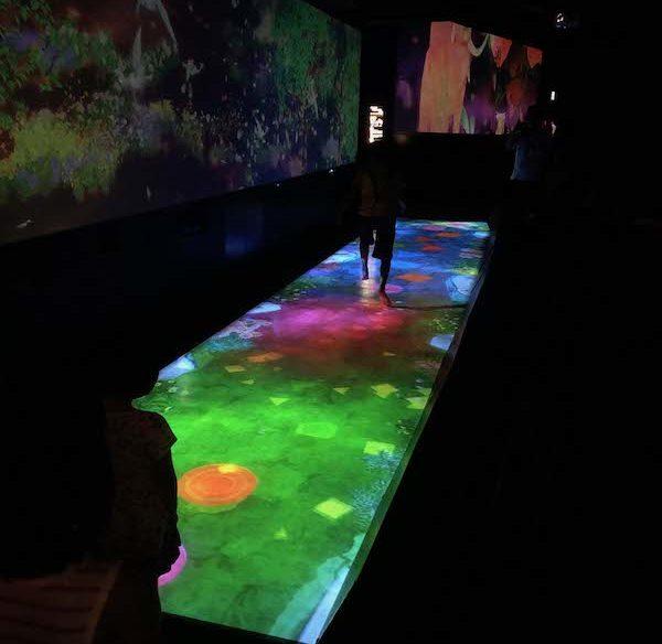 キャナルシティ博多「未来遊園地」作る!僕の天才ケンケンパので子供達が遊んでいる