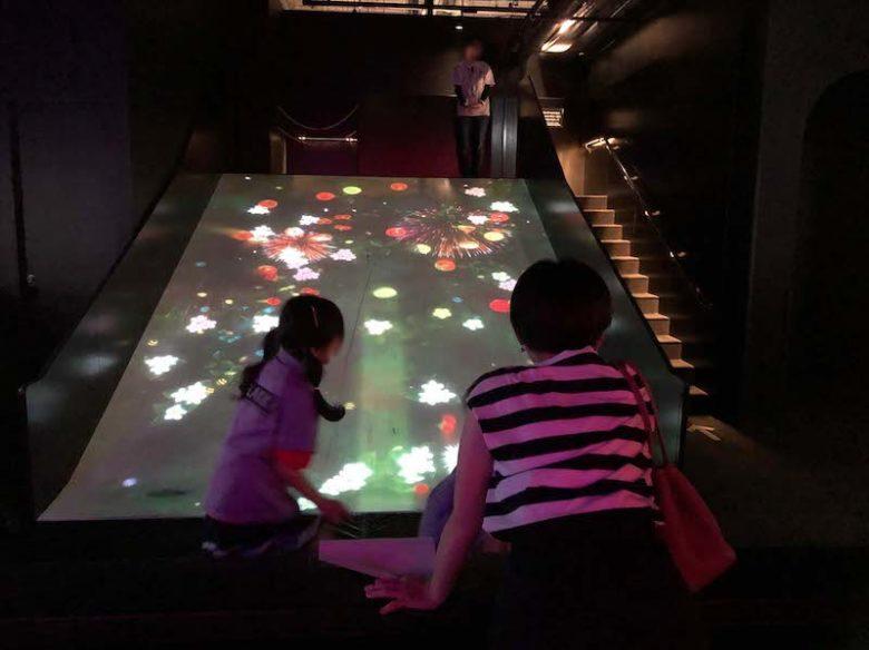 キャナルシティ博多「未来遊園地」すべって育てる!フルーツ畑で子供達が遊んでいる