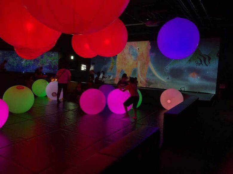 キャナルシティ博多「未来遊園地」の光のボールオーケストラで子ども達が遊んでる