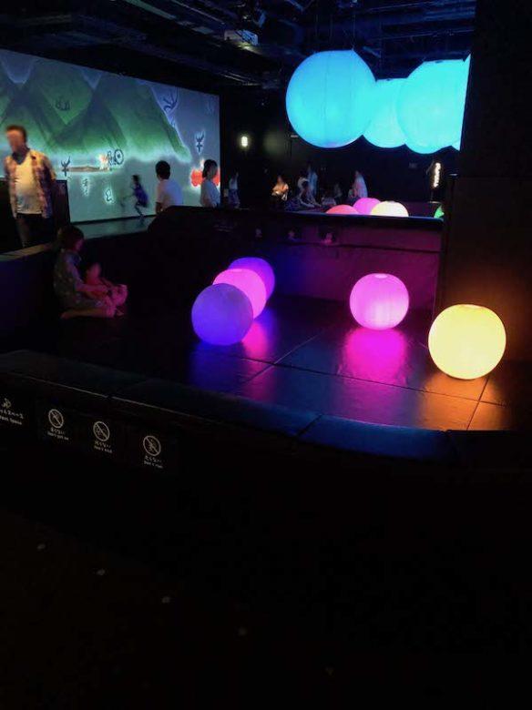 キャナルシティ博多「未来遊園地」の赤ちゃん専用の光のボールオーケストラ