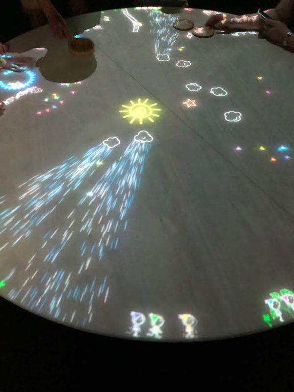 キャナルシティ博多「未来遊園地」小人が住まうテーブルで子供達が遊んでいる