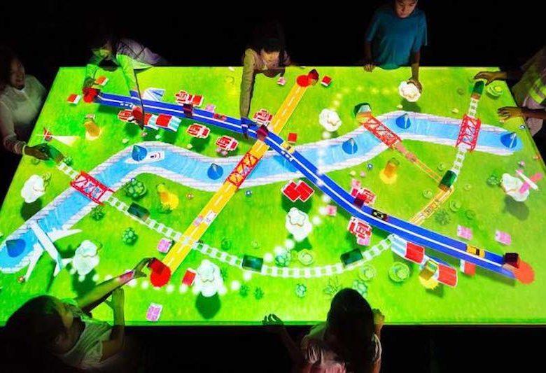 キャナルシティ博多「未来遊園地」つながる!積み木のまちで子供達が遊んでいる