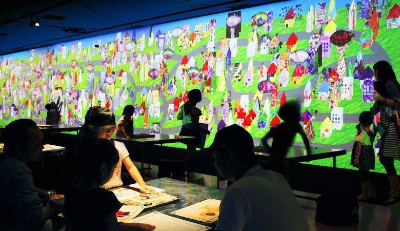 キャナルシティ博多「未来遊園地」お絵かきタウンで子供達が遊んでいる
