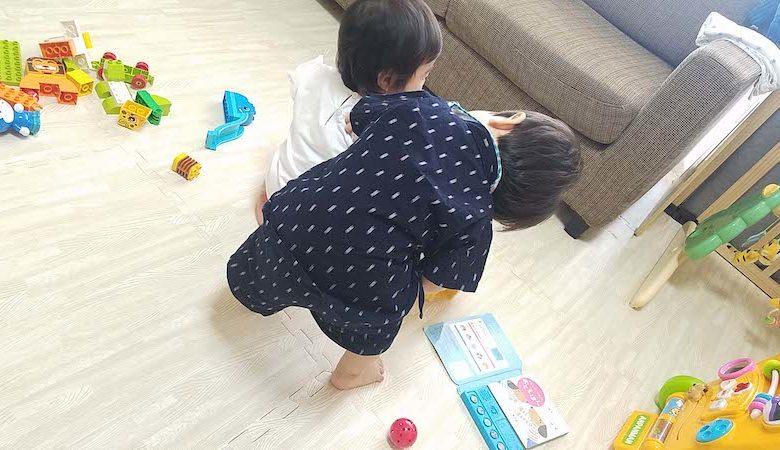 甚平を着ている幼児の男の子が、女の子と遊んでいる