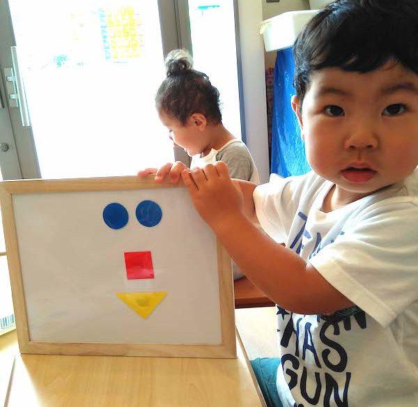 マグネット式で形遊びをしている男の子