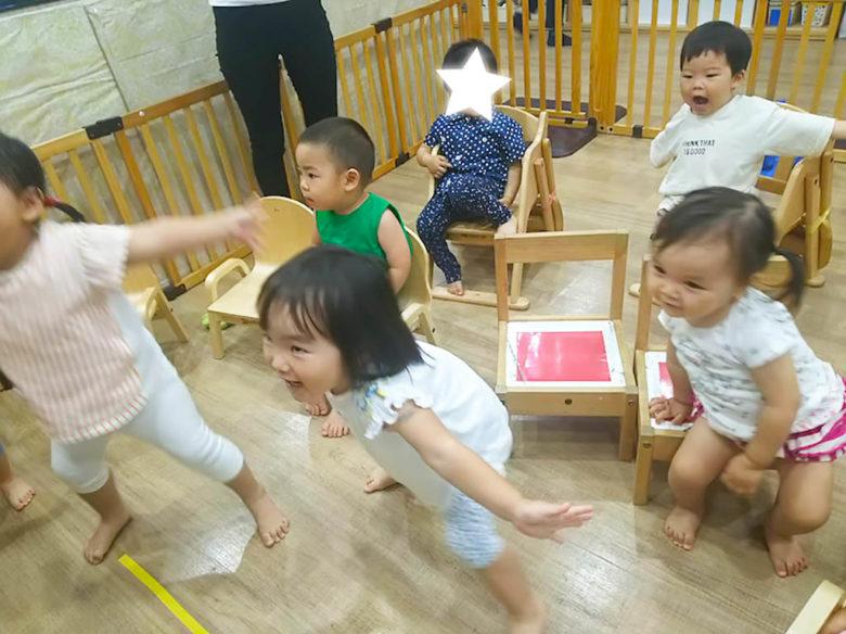 椅子から立ち上がって花火の真似をする子供達