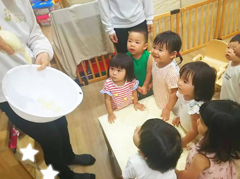 小麦粉を見る子供たち