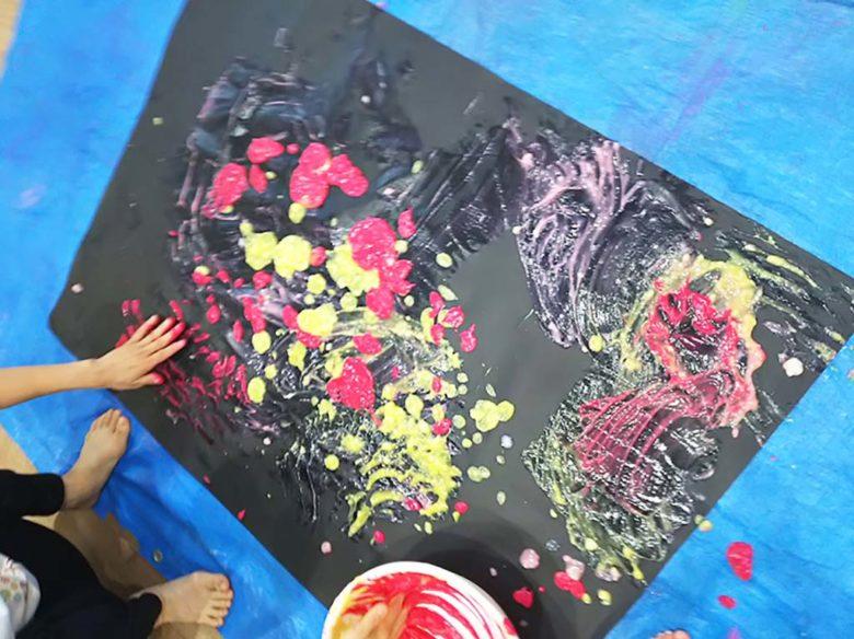 黒い画用紙に小麦粉絵の具を使って描かれた花火のような絵