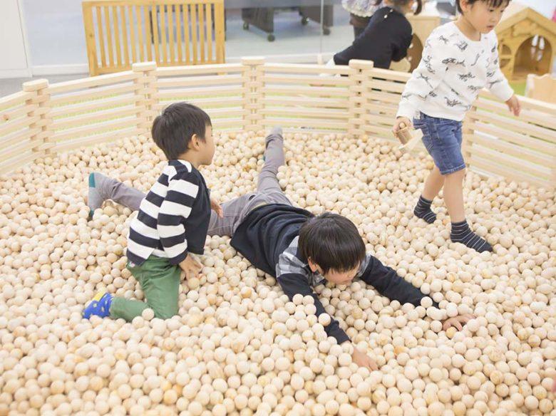 ひのきのボールプールで遊ぶ子供達