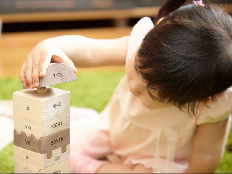 ブロック遊びをする女の子